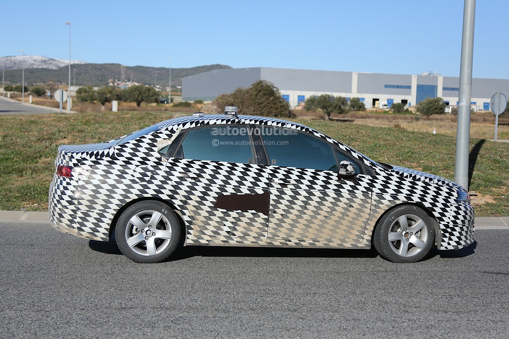 2015 - [Citroën] C4 C-Quatre - Page 2 Mystery-citroen-compact-sedan-spied-testing-in-spain-could-be-the-new-c4-lunge_5