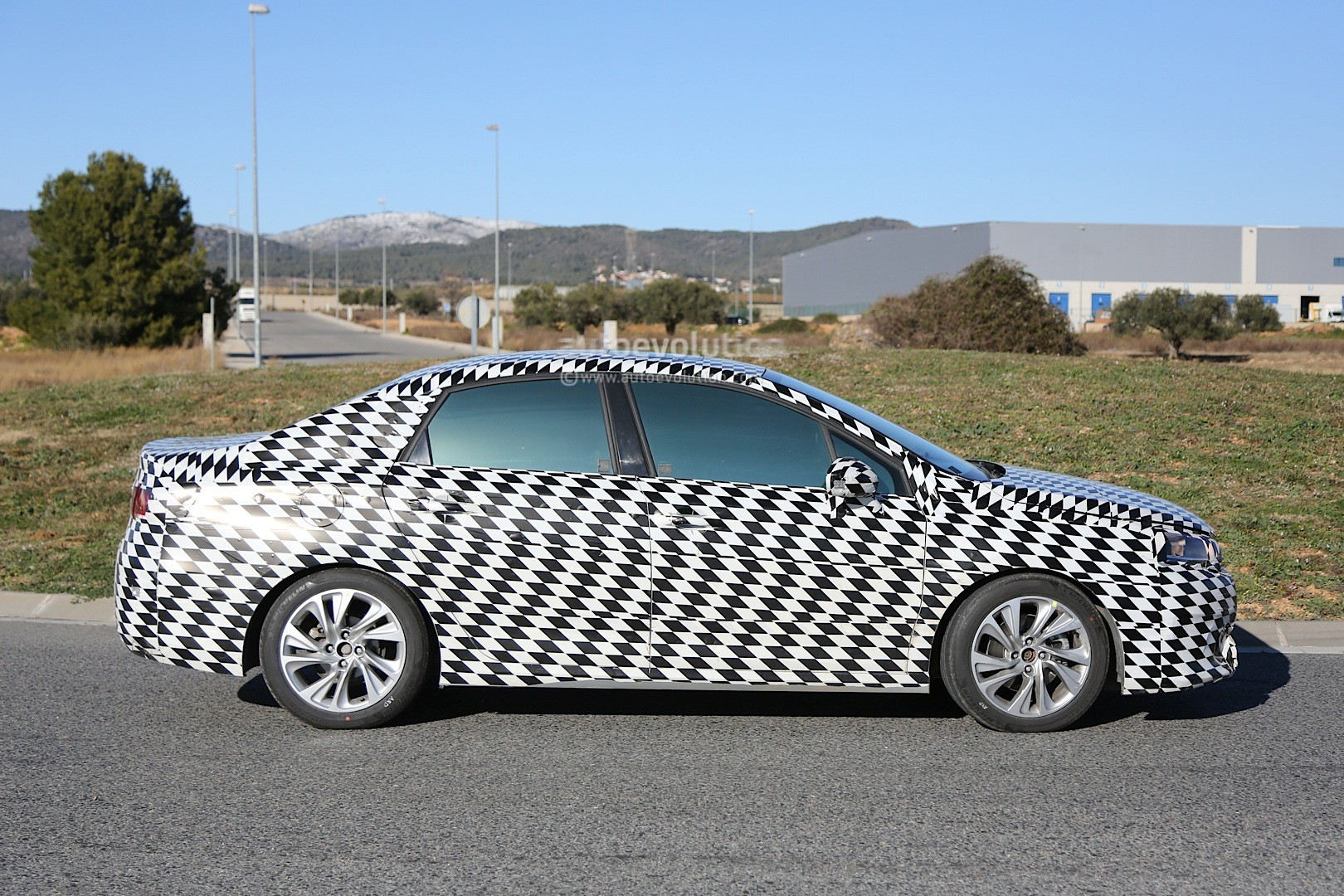 2015 - [Citroën] C4 C-Quatre - Page 2 Mystery-citroen-compact-sedan-spied-testing-in-spain-could-be-the-new-c4-lunge_8
