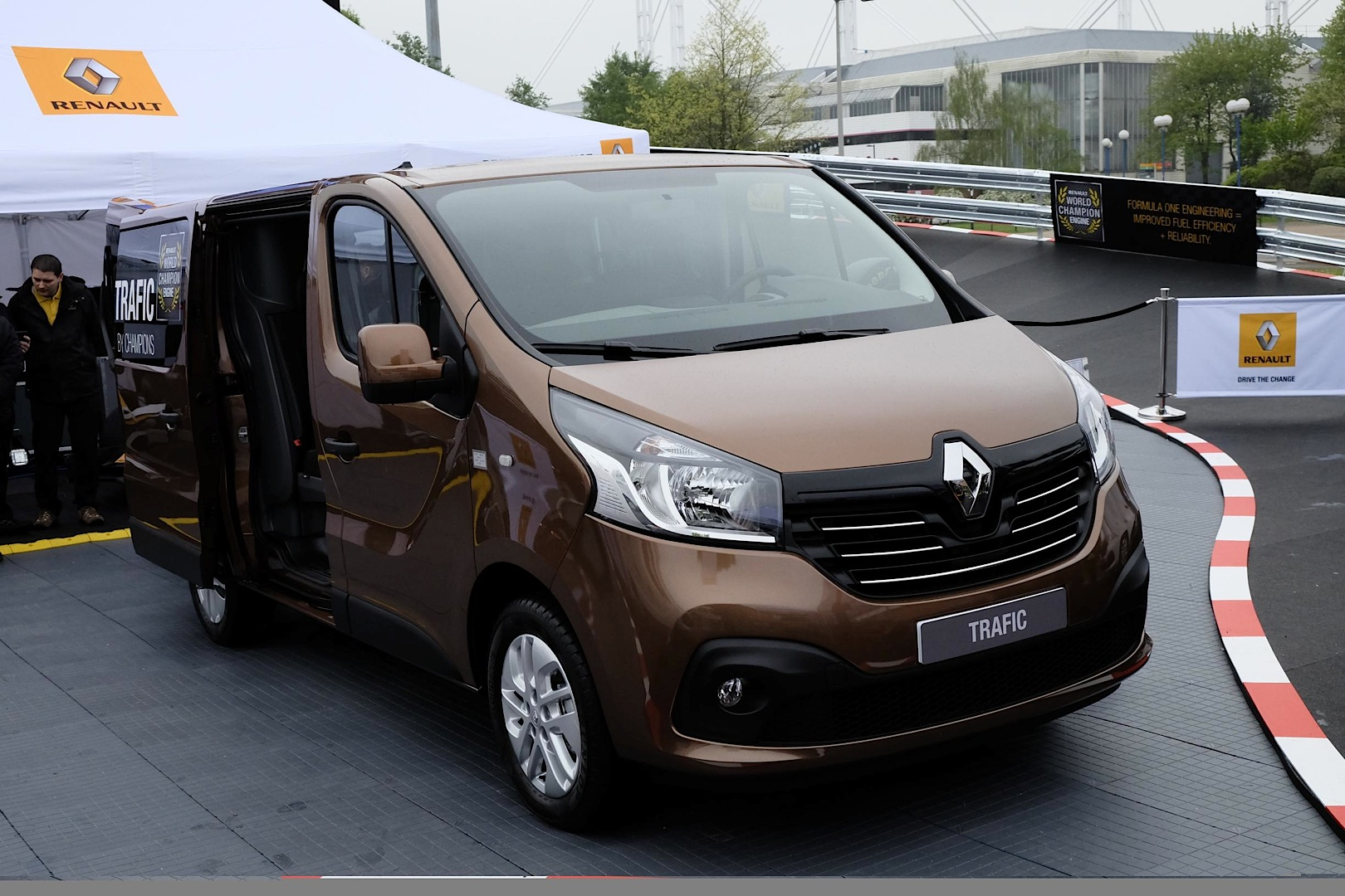 2014 [Renault/Opel/Fiat/Nissan] Trafic/Vivaro/Talento/NV300 - Page 6 New-renault-master-panel-van-unveiled-at-cv-show-photo-gallery_7