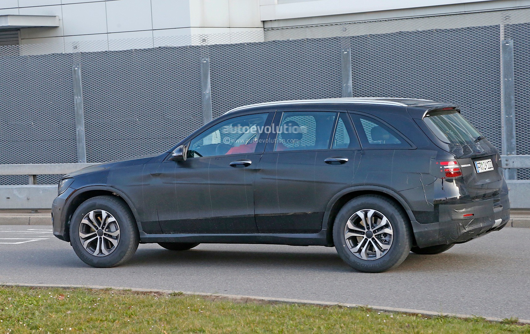 2015 - [Mercedes] GLC (GLK II) [X205] - Page 12 Spied-2016-mercedes-benz-glc-could-be-bigger-than-original-ml-will-debut-on-june-17th_8