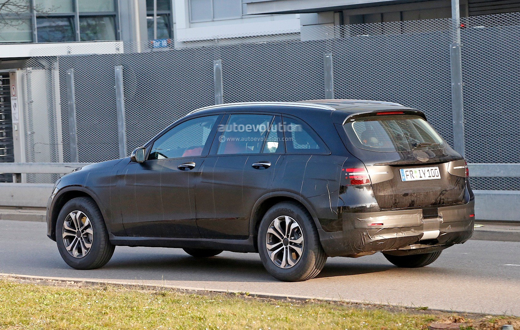 2015 - [Mercedes] GLC (GLK II) [X205] - Page 12 Spied-2016-mercedes-benz-glc-could-be-bigger-than-original-ml-will-debut-on-june-17th_9