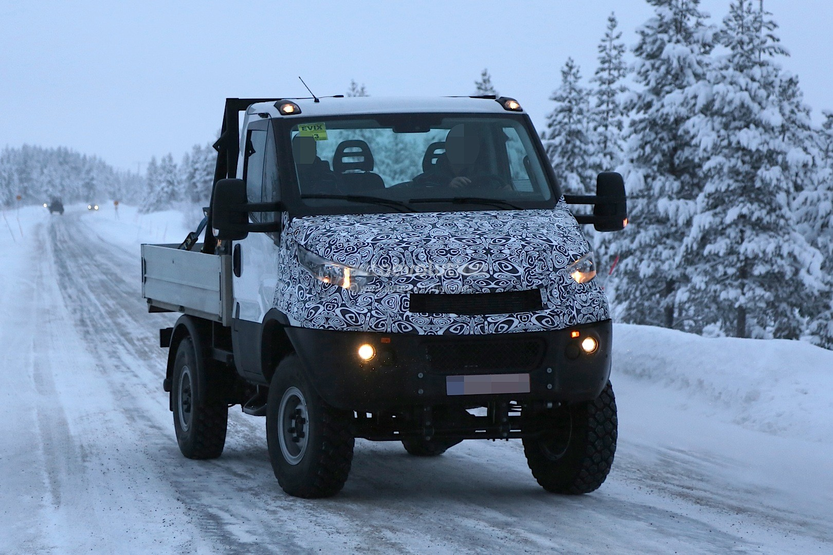 2014 - [Iveco] Daily - Page 3 Unimog-rivaling-iveco-daily-4x4-spied-for-the-first-time-photo-gallery_3