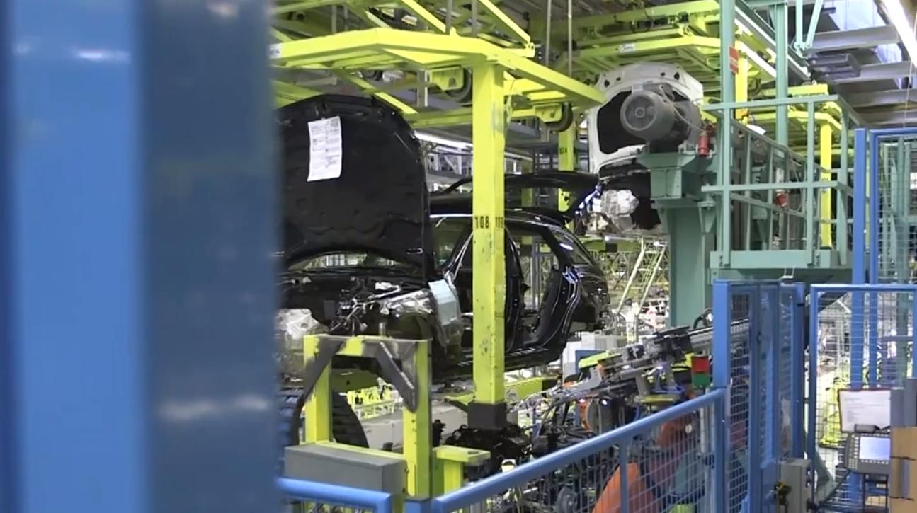 (W205): Vídeos - linha de montagem Mercedes-benz-accidentally-reveals-2015-c-class-wagon-s205-video-76310_1