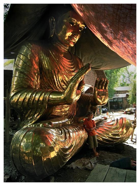 Images de Bienêtre - Page 4 72483116viktor-sous-un-bouddha-geant-jpg