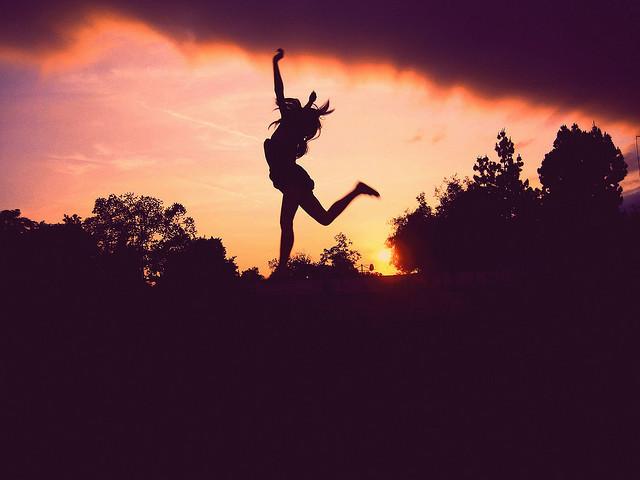 Kako ste mi danas?     :)     :(     ili     >:| Girl-jump-sky-sunset-trees-Favim.com-187831