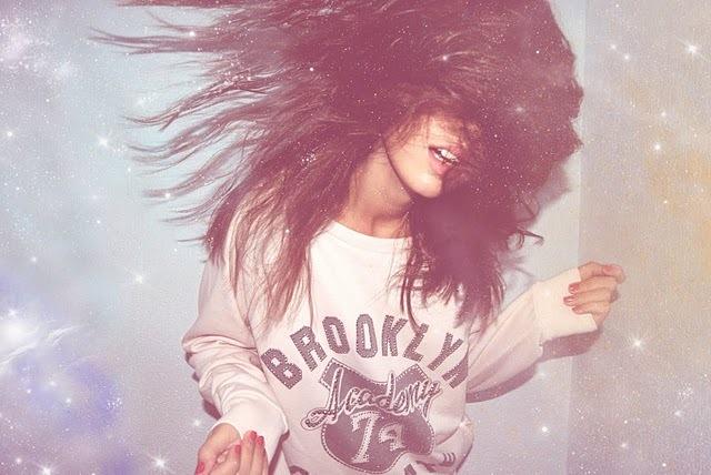 Krejt shoqerija me nje vend.Engjujt shqiptar .. - Faqe 2 Beautiful-dance-girl-glitter-hair-Favim.com-193594
