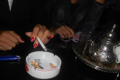 المرأة المغربية المدخنة تتحدى الأعراف والتقاليد Dwsmoke_294777031