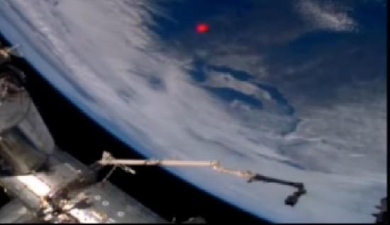 Странную ярко-красную вспышку на Земле зафиксировала камера МКС 11612151de51a574e7394ecefc24