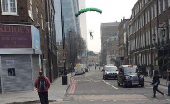 La police recherche le parachutiste qui a sauté de la plus haute tour de Londres 5621169_capture_545x460_autocrop