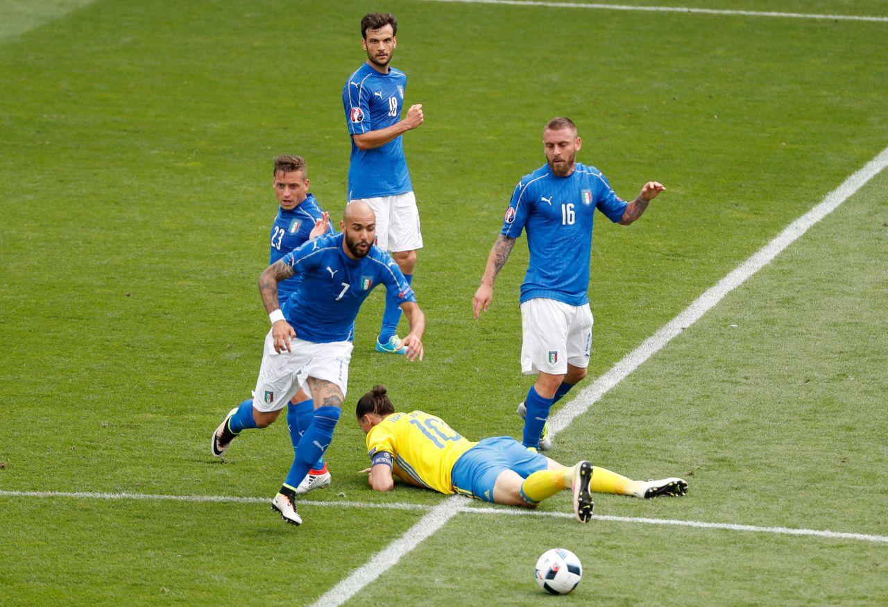 """ÉQUIPE D'ITALIE de football """"la Nazionale"""" """"la squadra azzura"""" - Page 3 5894233_2016-06-17t144215z-109176135-mt1aci14442095-rtrmadp-3-soccer-euro-ita-swe"""