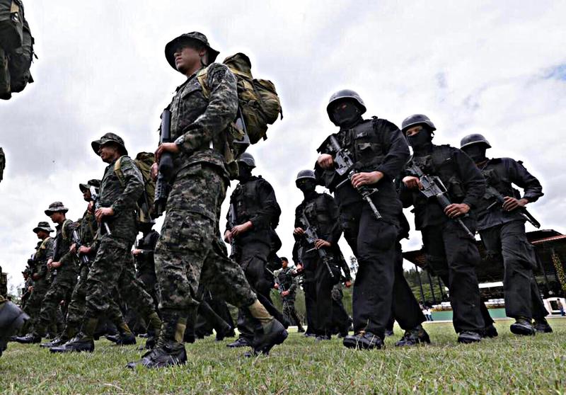Fotos y videos de las FFAA de Honduras y equipos de los Bomberos 20479538_1431437983576771_559565057618039213_n