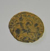 AE3 de Magnencio. GLORIA ROMANORVM. Emperador al galope a dcha. alancenado a bárbaro. Bajo1a