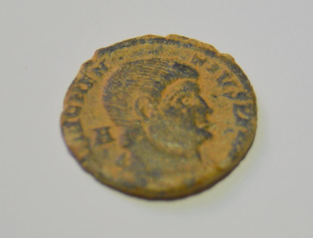 AE3 de Magnencio. GLORIA ROMANORVM. Emperador al galope a dcha. alancenado a bárbaro. Bajo1