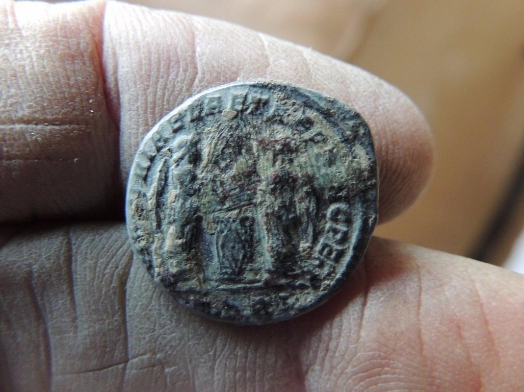 AE3 de Constantino I. VICTORIAE LAETAE PRINC PERP. Arlés 57_9