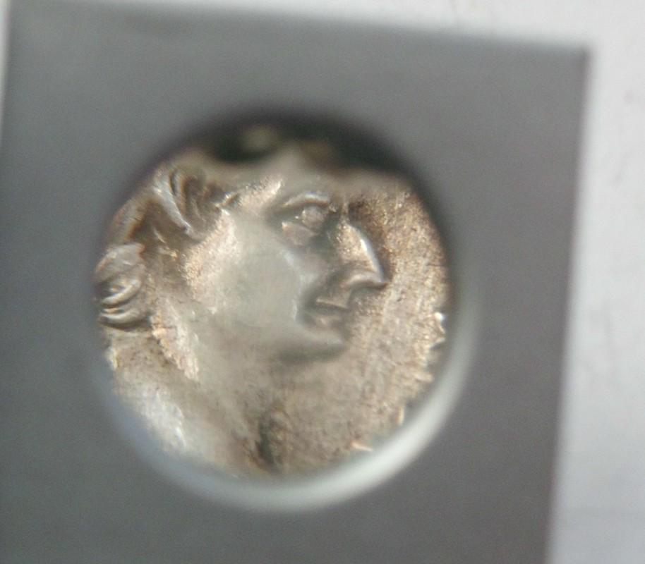 Denario fundido de Tiberio PONTIF MAXIM Livia sedente a dcha. Ceca Roma. CIMG3064