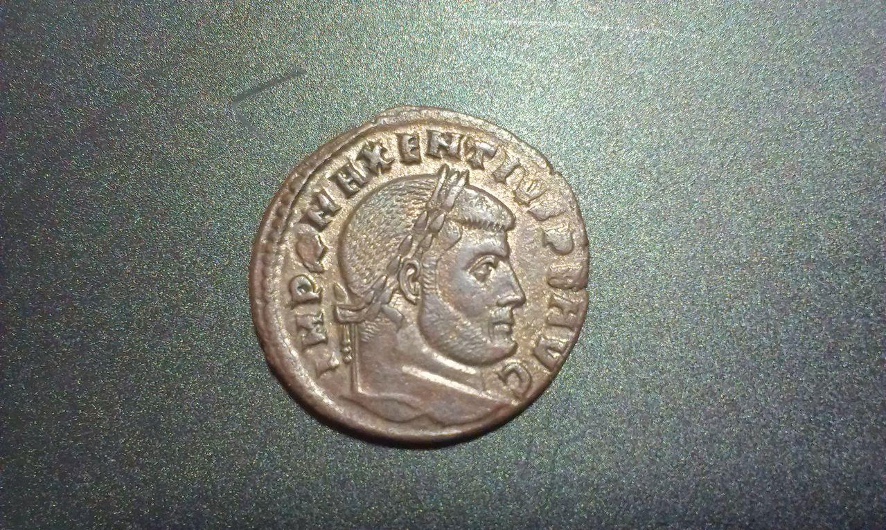 Nummus o Follis de Majencio.CONSERV VRB SVAE. Roma IMAG1453