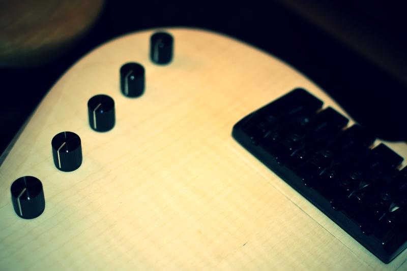 Construção caseira (amadora)- Bass Single cut 5 strings - Página 2 Bridge_close