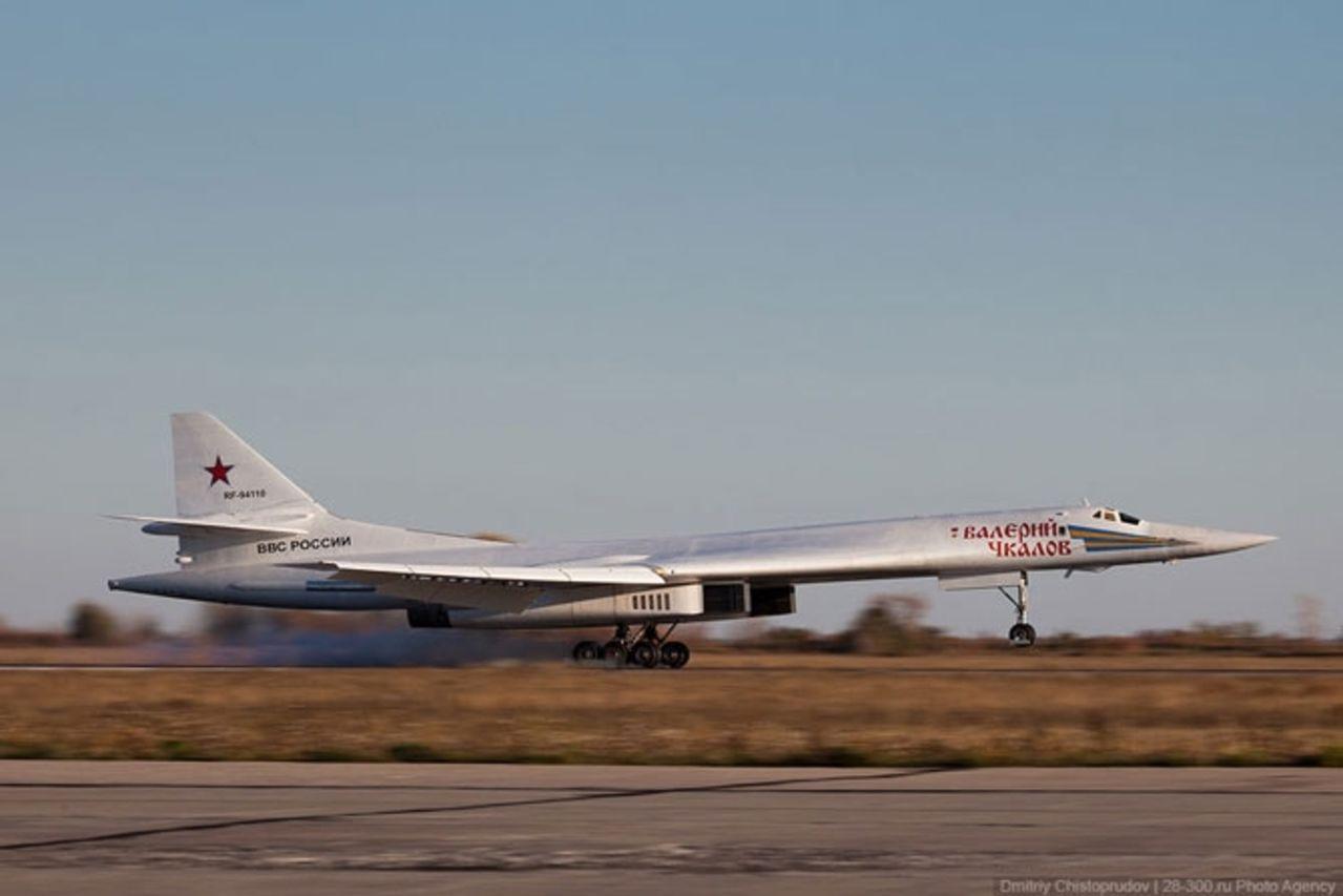 Tupolev Tu-160 (Bombardero pesado supersónico de geometría variable  Rusia) Tu160bombersattheairbasephotos_53