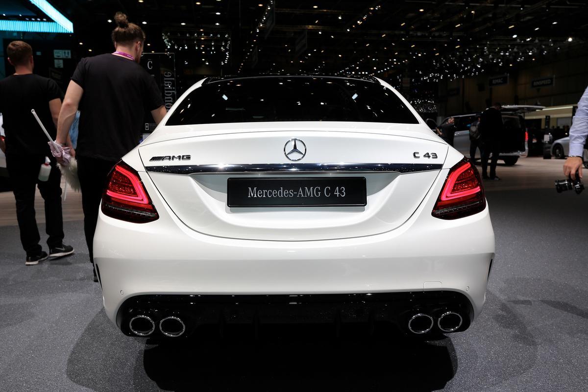 novo AMG C43 Mercedes-c-class-facelift-geneva-livepics-24-1