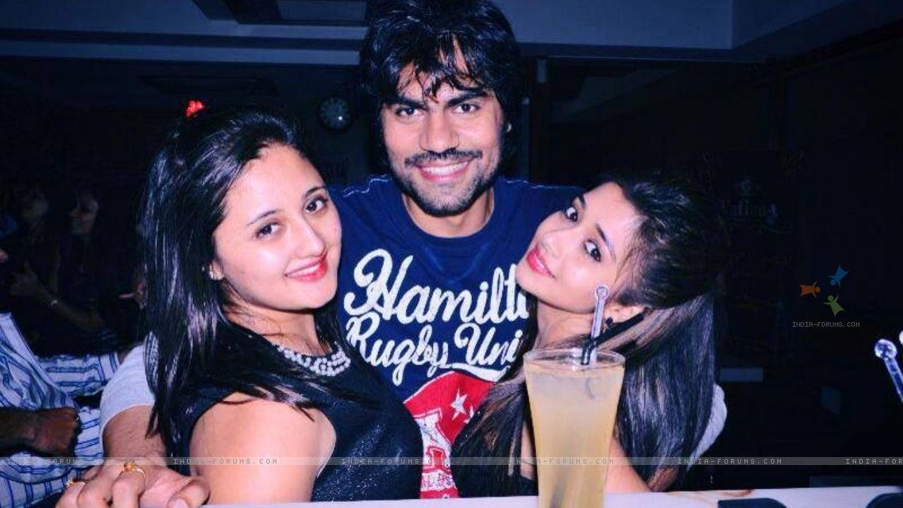 მსახიობები და მათი მეგობრები - Page 3 310852_tina_dutta_gaurav_chopra_and_rashami_desa