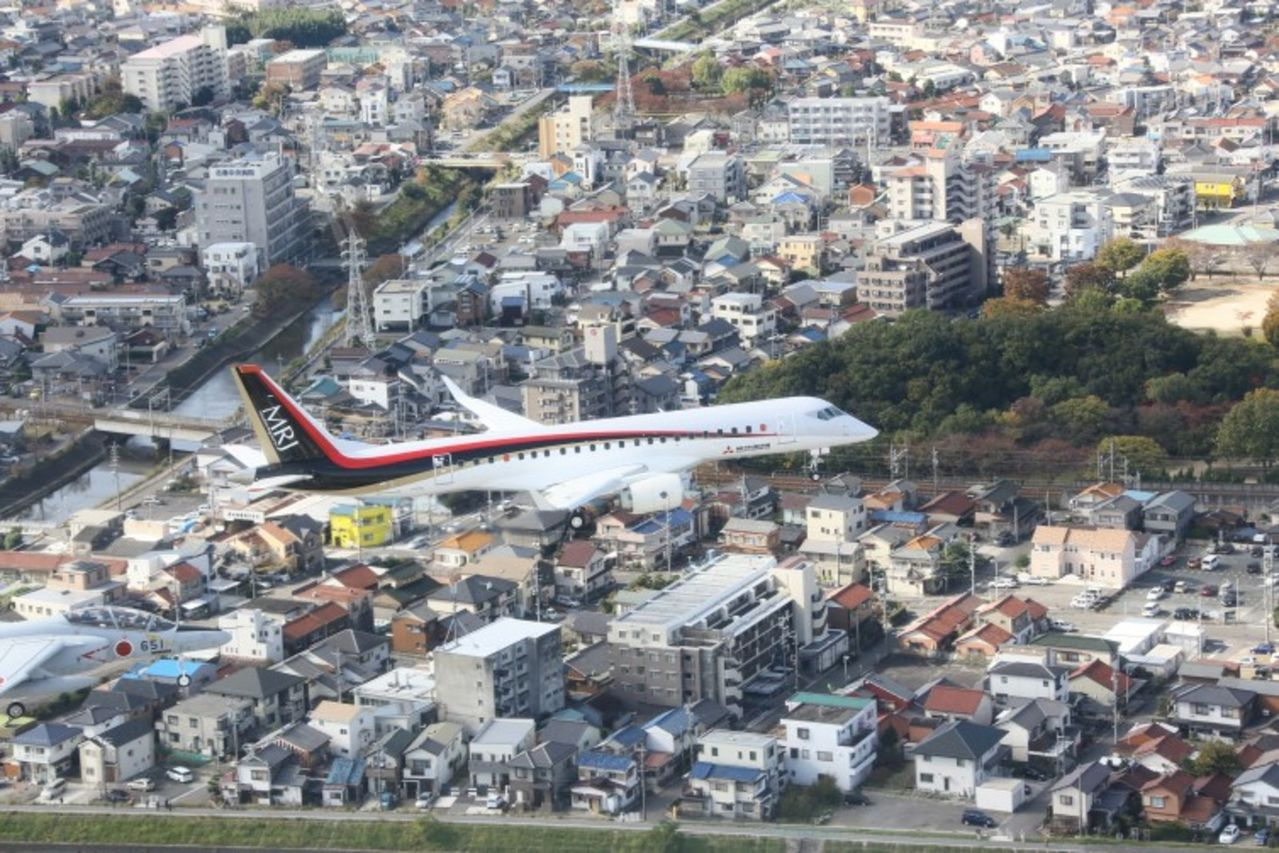 Japon lanza su primer Jet MRJ90 fabricado por Mitsubishi para competir a Bombardier y Embraer MRJ_First_Flight_9_754x503