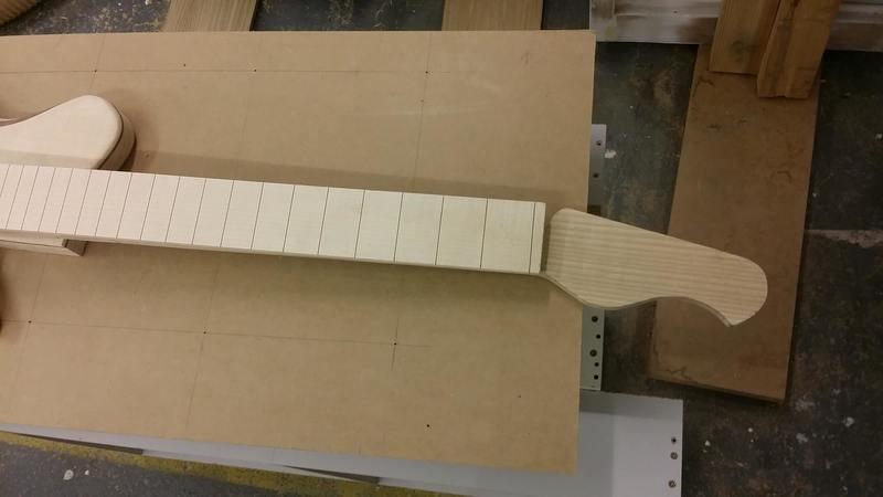 Construção caseira (amadora)- Bass Single cut 5 strings - Página 4 11986105_10153634597039874_1018459860_o_1