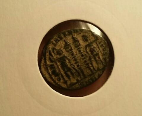 AE3 de Constancio II. GLOR-IA EXERC-ITVS. Dos estandartes entre dos soldados. Ceca Nicomedia. Consta_b