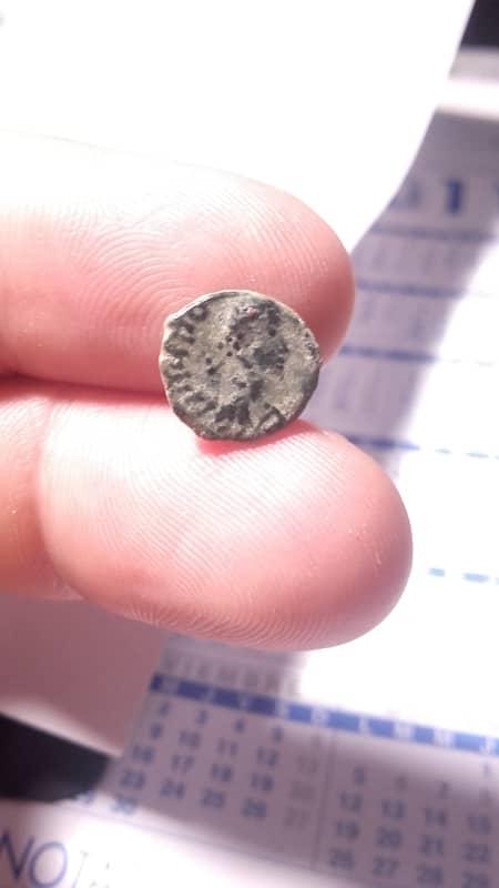AE4 imitación bárbara de Teodosio I. Victoria avanzando a izq. 20160909_085041_1