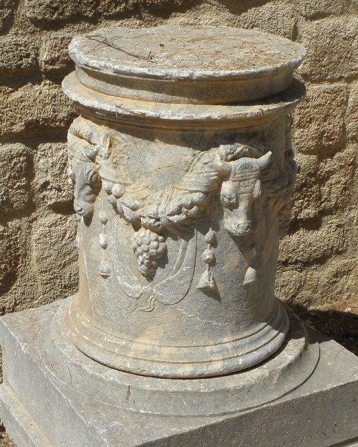 مذابح رومانيه ويونانيه  Rhodes_altar