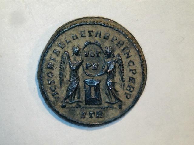 AE3 de Constantino I Magno. VICTORIAE LAETAE PRINC PERP. Dos Victorias estantes enfrentadas. Ceca Trier. 7_2_98g