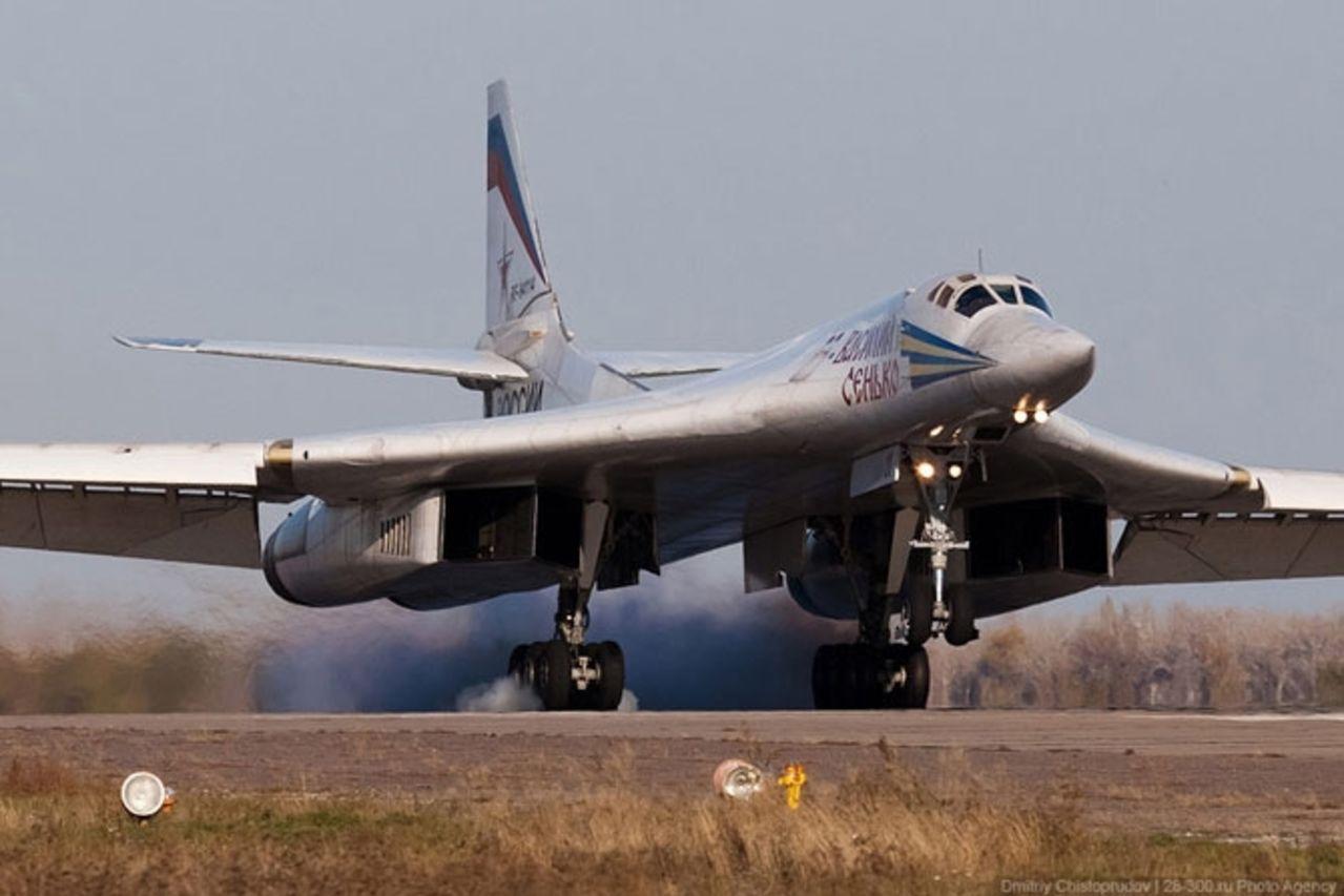 Tupolev Tu-160 (Bombardero pesado supersónico de geometría variable  Rusia) Tu160bombersattheairbasephotos_51