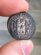 Antoniniano de Diocleciano. IOVI CONSERVATORI AVGG. Victoria presentado corona a Diocleciano. Ceca Tripolis. IMG_3301