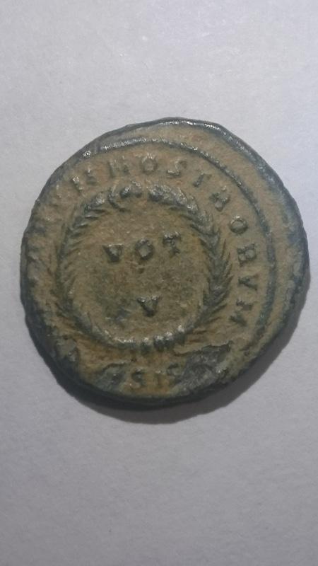 AE3 de Constantino II. CAESARVM NOSTRORVM - VOT /. / V. Ceca Siscia. DSC_0003