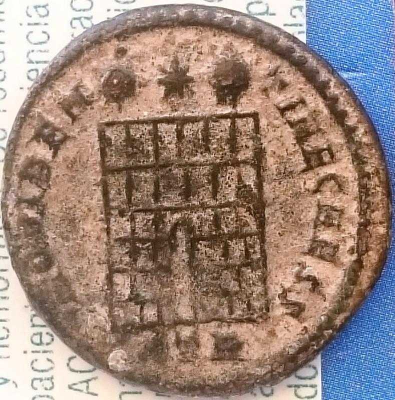 AE3 de Constancio II. PROVIDEN-TIAE CAESS. Puerta  de campamento de dos torres, Ceca Trier.  DSC_0024