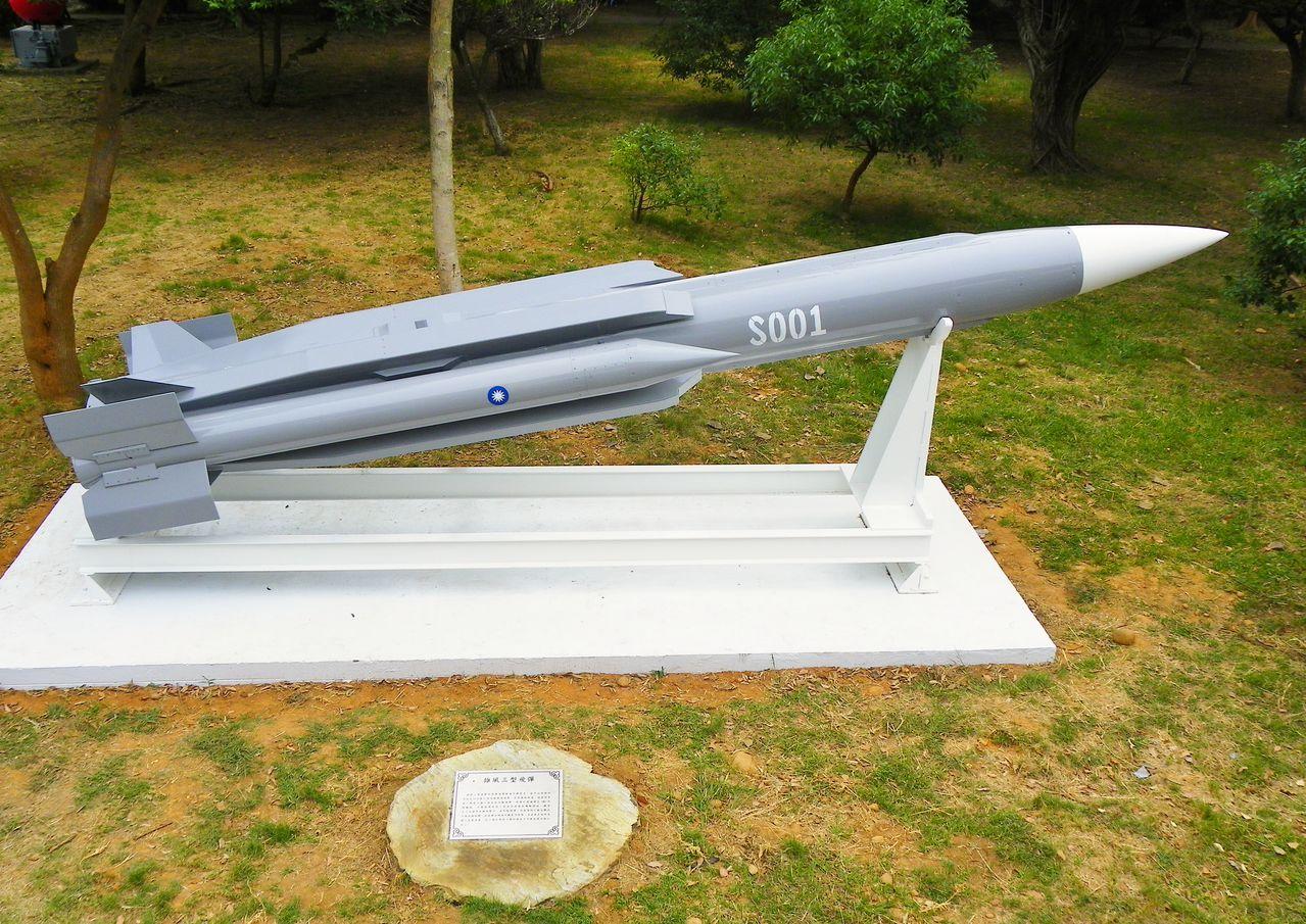 Taiwan ya adquirio y desarrollo  equipo militar propio para contra-restar el rapido crecimiento de armas en China Hsiung_Feng_III_Anti_Ship_Missile_Display_in_Che