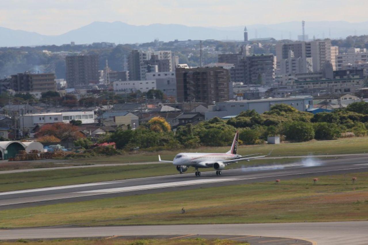 Japon lanza su primer Jet MRJ90 fabricado por Mitsubishi para competir a Bombardier y Embraer MRJ_First_Flight_10_754x503
