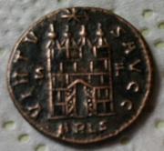 AE3 de Constantino I. VIRTVS AVGG. Puerta de campamento. Arlés F43137b2-da27-4858-bf01-fbaf50db0cf2_2