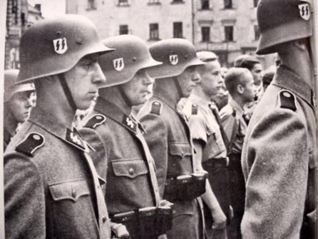 Mis apuntes de WWII - Página 2 Casc_SS
