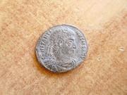 AE3 de Constantino I Magno. GLOR-IA EXERC-ITVS. Dos estandartes entre dos soldadas. Ceca Roma. P1360625
