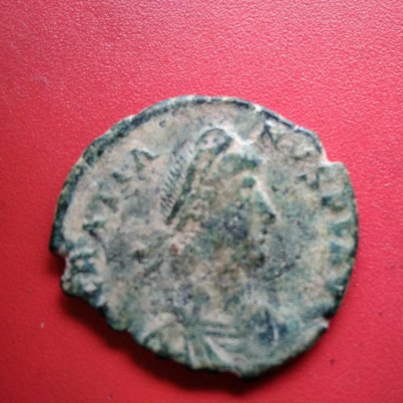 AE2 de Graciano. REPARATIO REIPVB. Emperador estante a izq. dando la mano a mujer arrodillada. IMG_20170512_154435