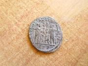 AE3 de Constantino I Magno. GLOR-IA EXERC-ITVS. Dos estandartes entre dos soldadas. Ceca Roma. P1360626