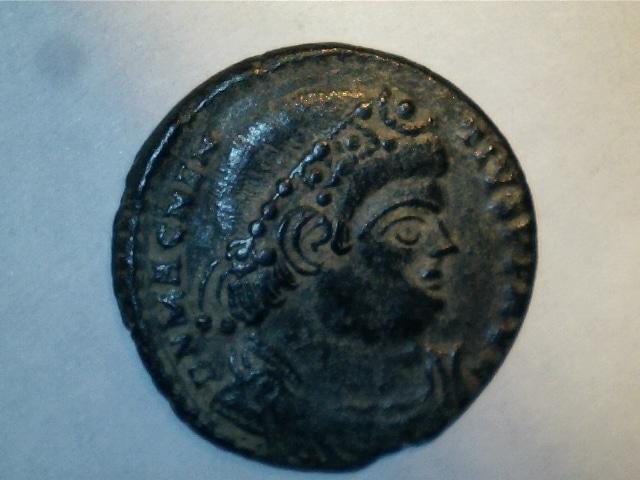 AE2 de Magnencio. FELICITAS REI PVBLICE. Emperador estante a izq. Ceca Lugdunum. 5_22m