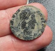 AE2 de Teodosio I. REPARATIO - REIPVB. Emperador estante dando la mano a mujer arrodillada. Tesalónica. 20180211_201117-1