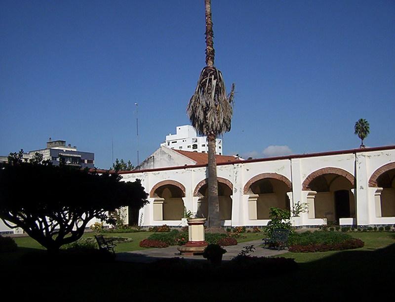 UNA VISITA AL MUSEO DEL CONVENTO DE SAN FRANCISCO SALTA Patio_trasero_con_reloj_de_sol
