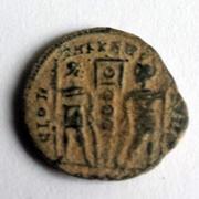 AE4 de Constante I o Constancio II. GLOR-IA EXERC-ITVS. Estandarte entre dos soldados. 13a