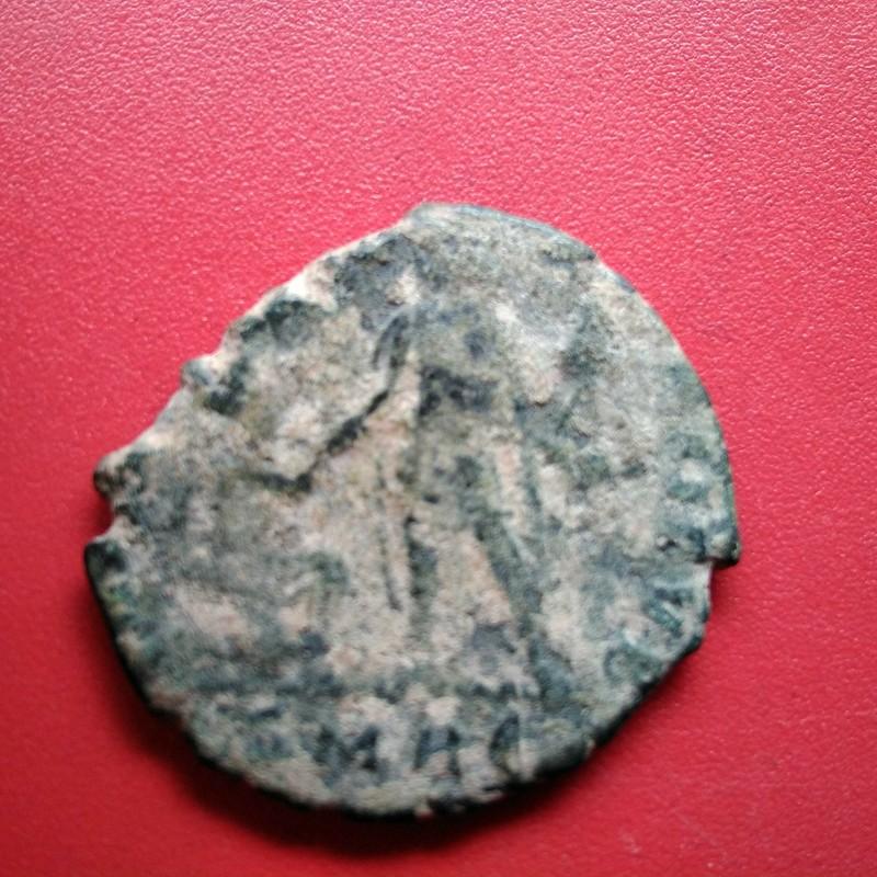 AE2 de Graciano. REPARATIO REIPVB. Emperador estante a izq. dando la mano a mujer arrodillada. IMG_20170512_154404