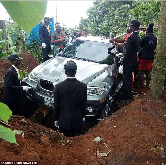 Nigeria: Con trai chôn cha cùng chiếc xe BMW trị giá 2 tỷ đồng Nigeria-_Con-trai-chon-cha-cung-chiec-xe-_BMW-tri-gia-2-ty-dong-bm