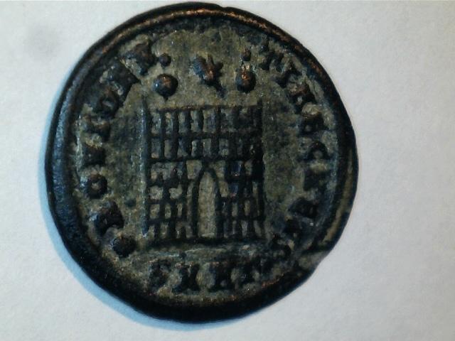 AE3 de Constantino II.PROVIDEN-TIAE CAESS. Puerta de campamento. Ceca Heraclea. 2016_11_03_0002_0_X
