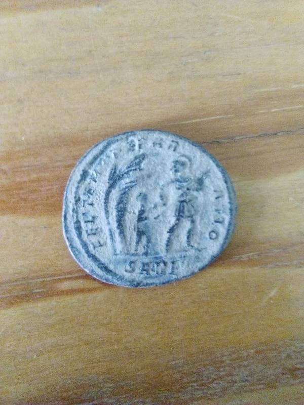 AE2 de Constante I. FEL . TEMP . REPAR-ATIO. Emperador o soldado tirando de bárbaro debajo de choza. Ceca Arlés. IMG_20160902_123241