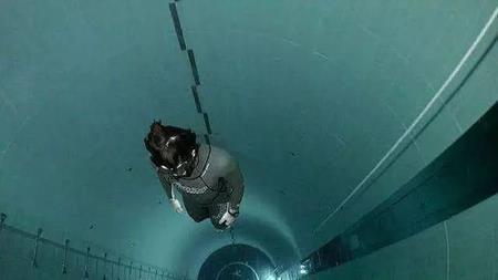 """Hồ bơi đắt và """"dị"""" nhất TG: bơi 1 lần mất ngay 7 triệu đồng Be-boi-dat-va-2-1528366901-width450height253"""